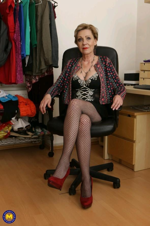 Mature.nl: Maris (53) - Naughty housewife fingering herself (FullHD/2017)