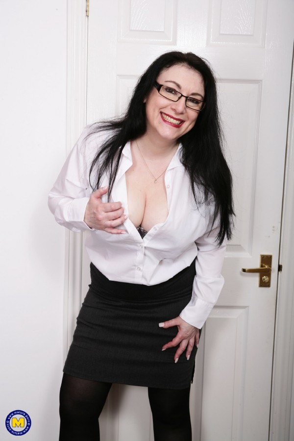 Mature.nl - Sabrina Jade (EU) (50) - British big breasted housewife Sabrina Jade loves playing with  (1080p / FullHD)