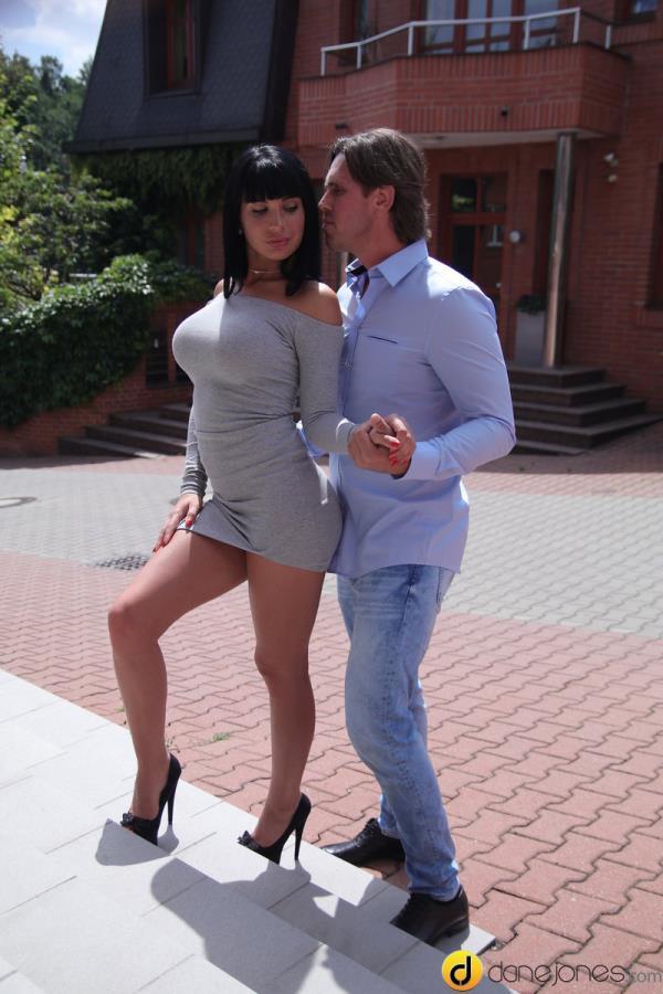 Valentina Ricci - Long legs and heels raven temptress [SD 480p]