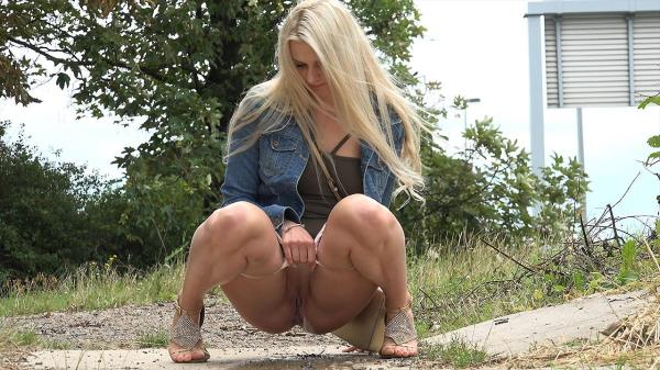 Hot blonde pissing (FullHD 1080p)