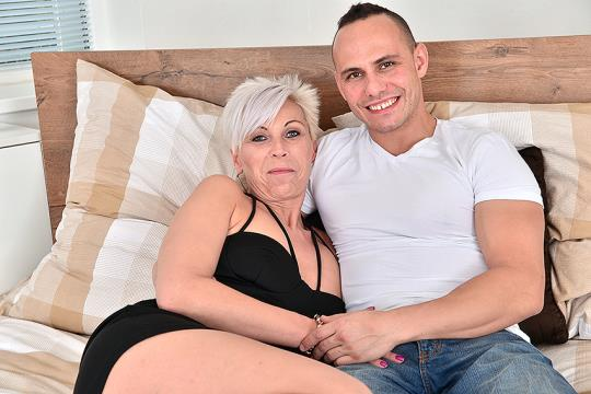 Mature.nl: Kathy White (42) - Horny housewife doing her toyboy (SD/540p/281 MB) 01.08.2017