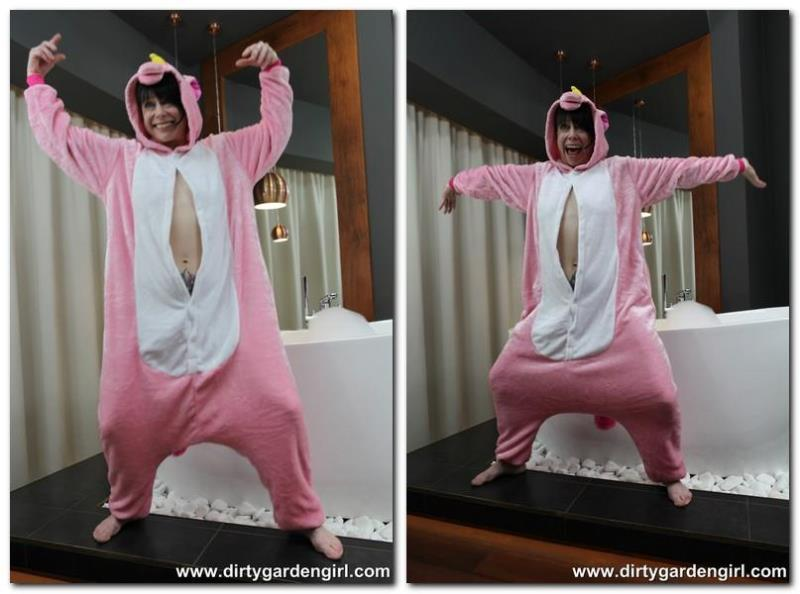 DirtyGardenGirl.com: Pink unicorn [FullHD] (481 MB)
