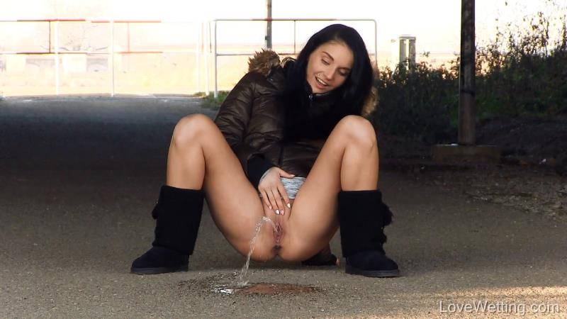 Lucia - Outdoor Piss [FullHD] (107 MB)