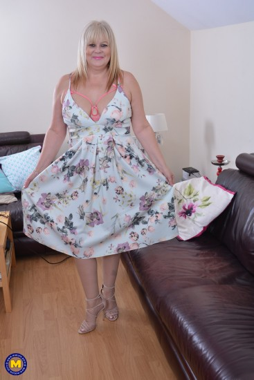Mature - Crystal Maidstone (EU) (48) [British chubby housewife fooling around] (SD 540p)