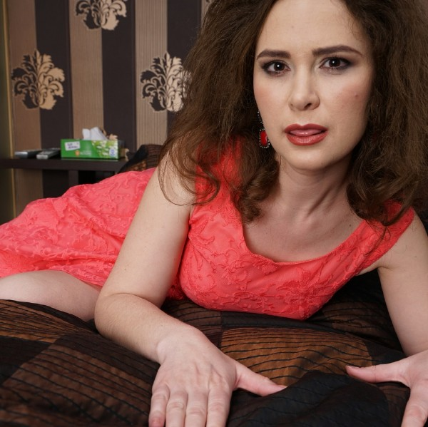 Mature.nl: Veronica (35) - Hairy housewife playing with herself  [FullHD 1080p] (626.89 Mb)