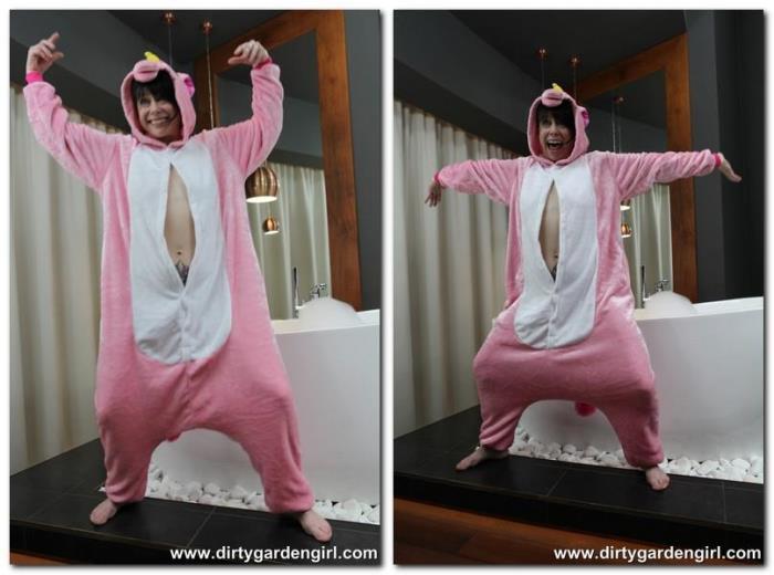 DirtyGardenGirl.com - Pink unicorn [FullHD, 1080p]
