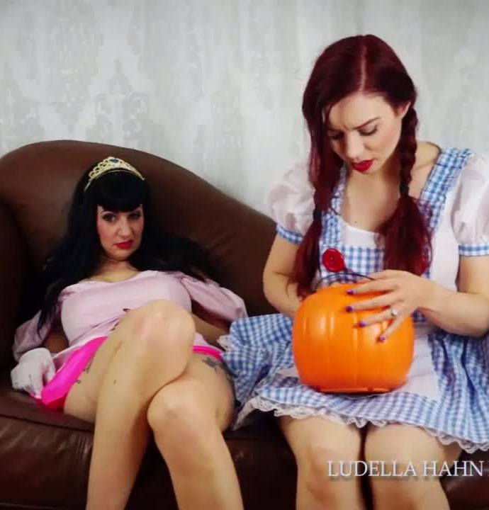 Ludella Hahn - Trick or Sleep  Sister Sleepy Potion Halloween Limp Play (Femdom) [HD 720p] [LudellaHahnsFetishAdventures/Clips4Sale]