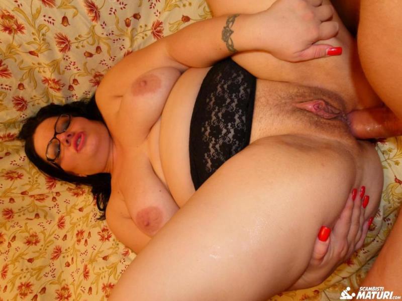 ScambistiMaturi.com / PornDoePremium.com: Crazy anal swinger fucking with mature Italian BBW Pamela T [SD] (498 MB)