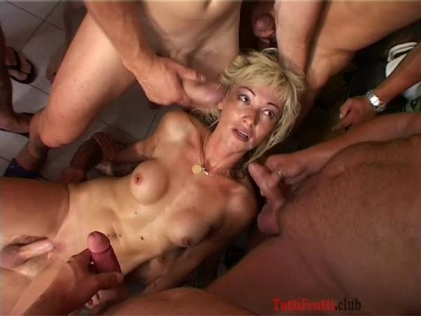 TuttiFrutti.club - Sexy blonde MILF Gang - bang [HD, 720p]