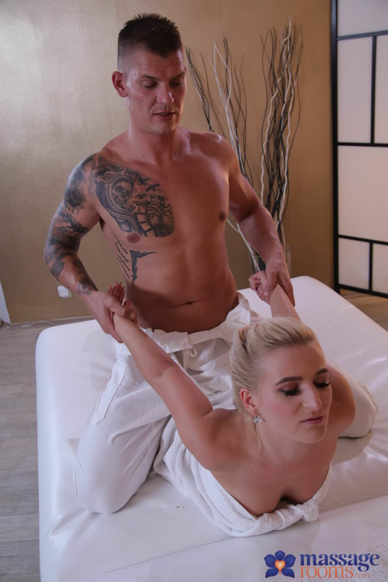 (Squirting / MP4) Sandra Bell - Multiple squirting for Czech blonde MassageRooms.com / SexyHub.com - SD 480p