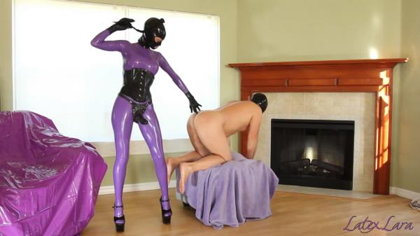 Latex - Lara is taking her slave with a large strapon (2017/FullHD)