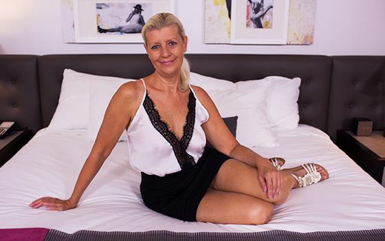 MomPov.com: Juliane - Sexy blonde cougar does first porn [HD] (1.44 GB)