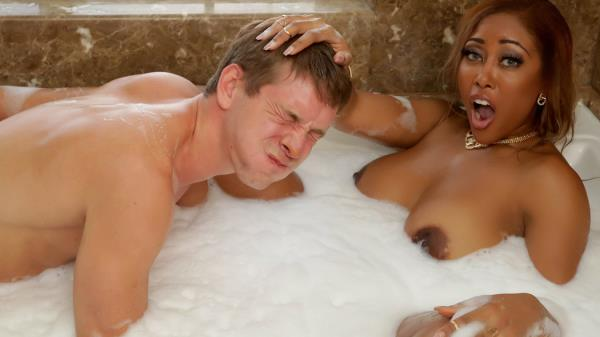 RealWifeStories, Brazzers: Moriah Mills - Bubble Bath Booty Call (SD/480p/259 MB) 29.10.2017