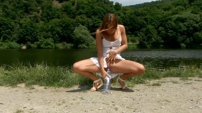 Nicol - Outdoor Pissing FullHD 1080p