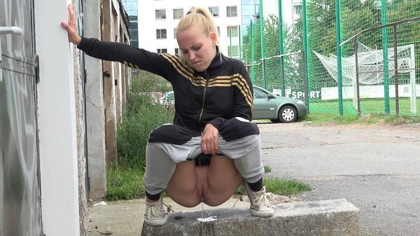 Sporty blonde pissing (FullHD 1080p)