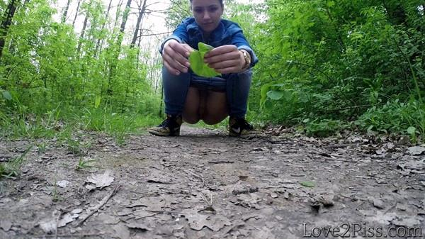 Love2Piss: (Ingrid) - All natural. Ingrid is peeing and wiping herself with a leaf [FullHD / 221 MB]