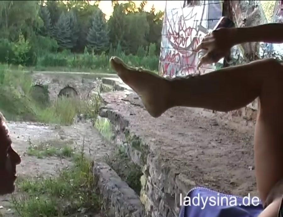 Lady Sina - Mist Ablecken Ruine (Scat / FemDom) - ladysina.de [SD]