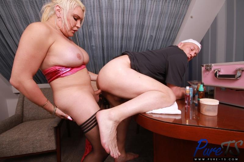Canddi Leggz - superstar fucks her security in her dressing room [Pure-ts / FullHD]
