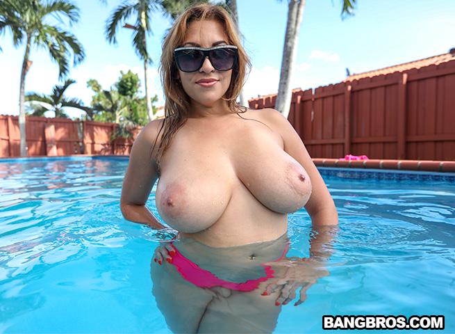 (Blonde / MP4) Jazmyn aka Kitana Flores - Big Tit Jasmyn Gets Fucked Poolside BigTitsRoundAsses.com / BangBros.com - SD 480p