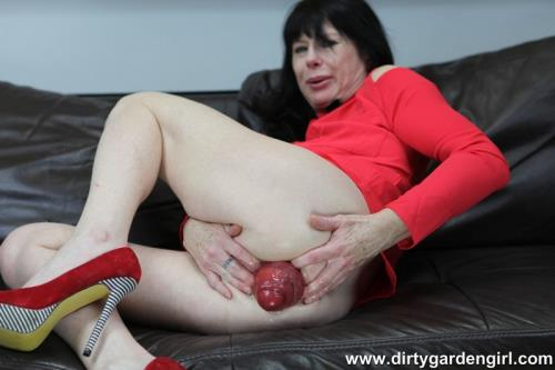 DirtyGardenGirl - Thing I love? fist in my ass (16.12.2017/DirtyGardenGirl.com/FullHD/1080p)