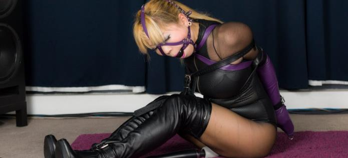 Purple Leather Armbinder and Gag / Mina / 21-11-2018 [FullHD/1080p/MP4/1.04 GB] by XnotX
