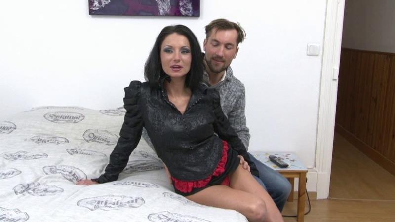 Elvira: Elvira et Franck, une histoire damour entre une grosse paire de seins et une grosse bite ! (HD / 720p / 2018) [Indecentes-Voisines]