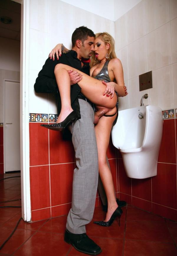 Dona Bell - Cheating Her Husband Inside a Public Bathroom [FullHD 1080p] 2018