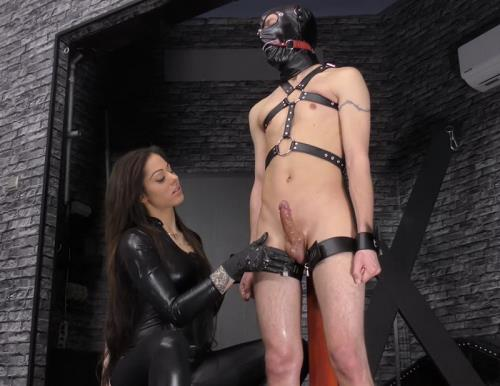 Mistress Cleo - Huge squirting (548 MB)