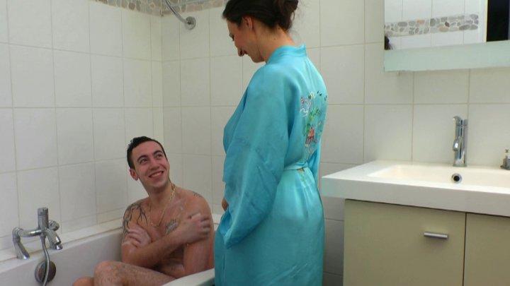 Caroline - Il encule sa logeuse sous la douche (laFRANCEaPOIL) [HD 720p]