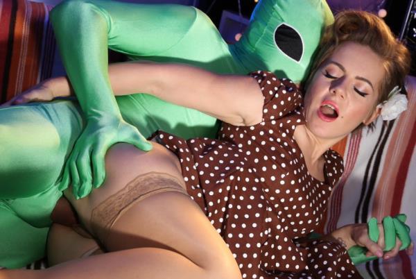 MomXXX.com - Sasha Zima - Mom gets probed on Halloween [FullHD 1080p]