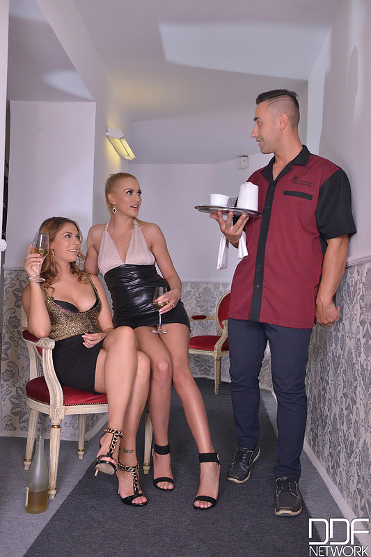 Hallway Cum Swap - Blondes Blow Waiters Big Hard Cock (DDFNetwork) [FullHD 1080p]