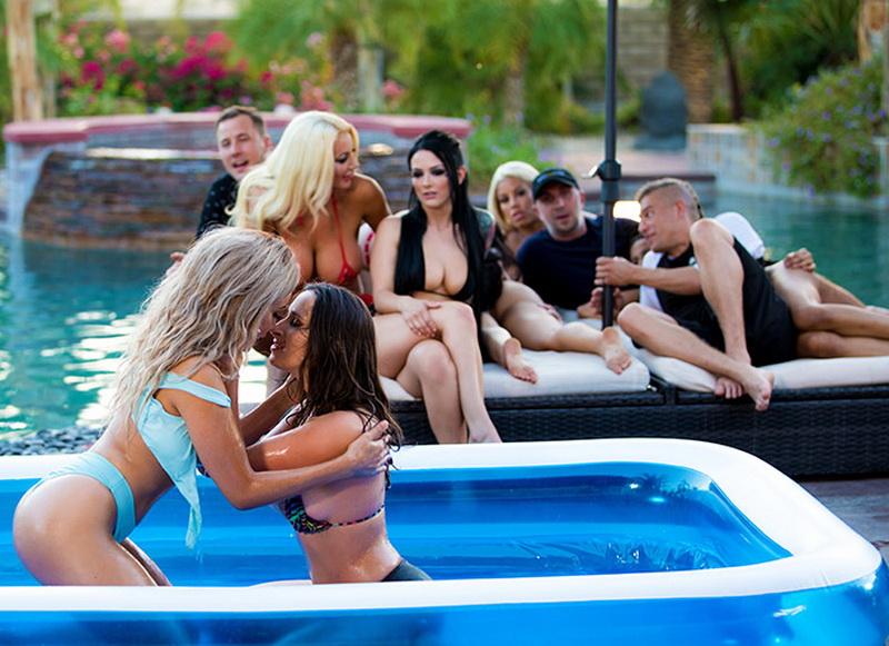 Aaliyah Hadid, Ashley Adams, Bridgette B, Gina Valentina, Karma Rx, Katrina Jade, Kira Noir, Kissa Sins, Lela Star, Lena Paul, Nicolette Shea: Brazzers House 3: Episode 1 (FullHD / 1080p / 2019) [Brazzers]