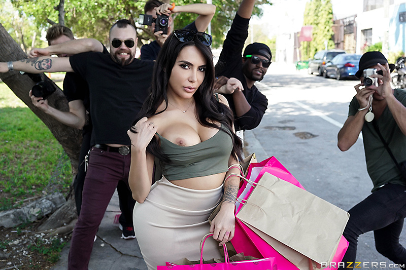 [BrazzersExxtra/Brazzers] Lela Star - Kim K Fucks The Paparazzi (SD/2019/296 MB)