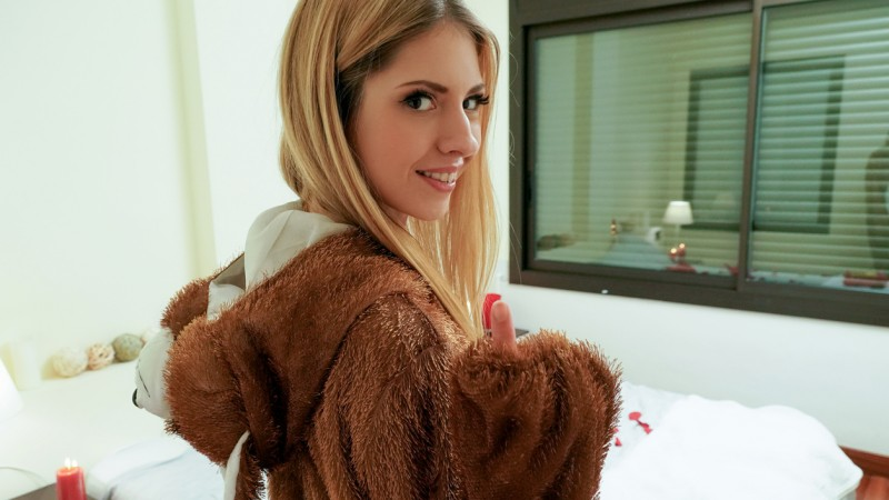 [Mofos] Rebecca Volpetti - Right Gift Wrong Girl (SD/2019/397 MB)