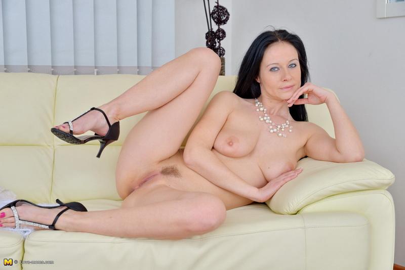 Jana Enza Krabcova (Kornelia, Sally Walker): Hot Mom Playing With Herself (HD / 720p / 2019) [Love-Moms/Mature.nl]