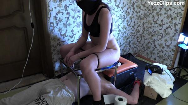 Miranda sits Smearing - Femdom Scat (FullHD 1080p)