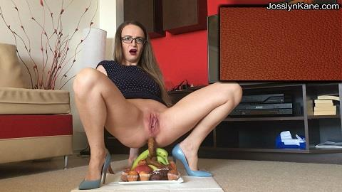 JosslynKane - Pooping on a plate full of food (FullHD 1080p)