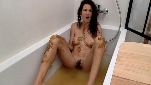 Nastymarianne - Bathing with my shit (HD 720p)
